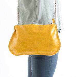 תיק עור מנימליסיטי צבע צהוב עם רצועה