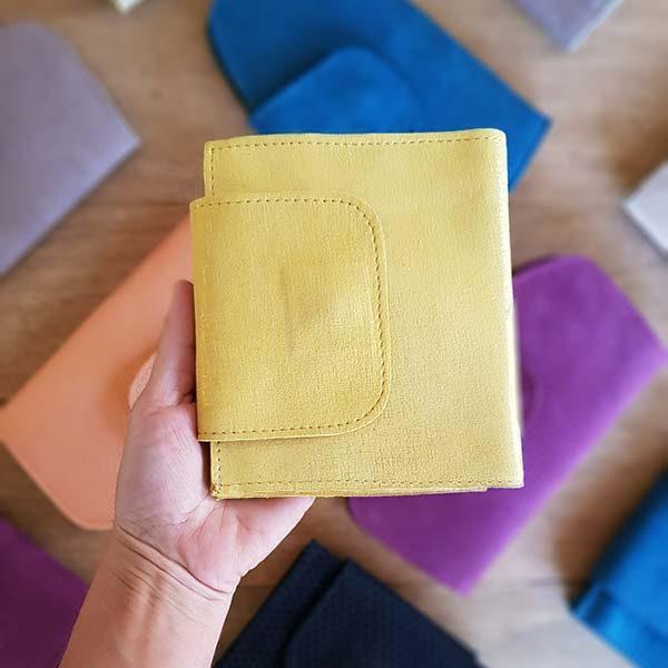ארנק עור בינוני צבע צהוב
